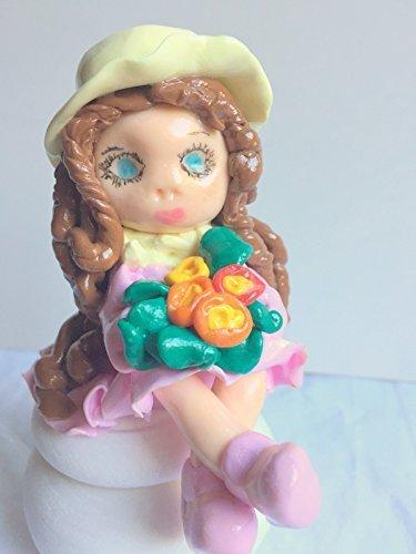 figurine-fimo-fait-main-sur-boite-ronde-en-bois-robe-rose-personnalisable-idee-cadeau-anniversaire-n
