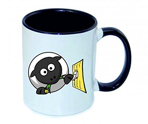 Druckerlebnis24 Tasse 330ml SCHAFE- TIER- ELEKTRO- LICHT- SCHALTER- ESSEN- GRAS aus Keramik - Größe: Ø8,5 H9,5 cm - Kaffeetasse - Teetasse - Spass- Kult- Motiv Geschenkidee Weihnachten (Gras Essen)