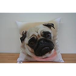 Cojín de perro carlino con el trabajo de celebra artista Howard Robinson. Exclusivamente con licencia por Howard Robinson.