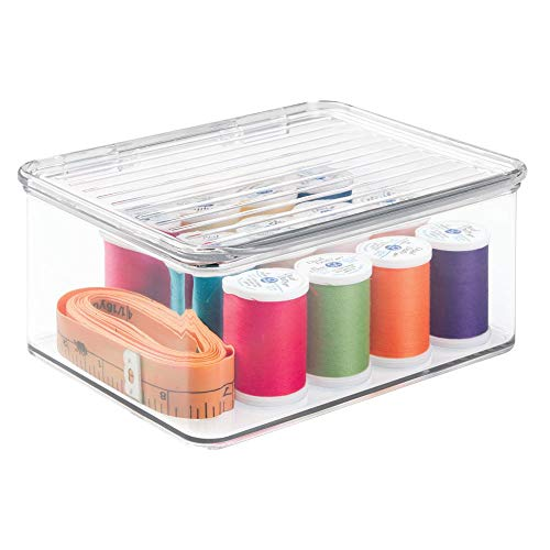 mDesign Aufbewahrungbox mit Deckel (klein) - transparenter Schreibtisch Organizer - praktischer Nähkasten Kunststoff -
