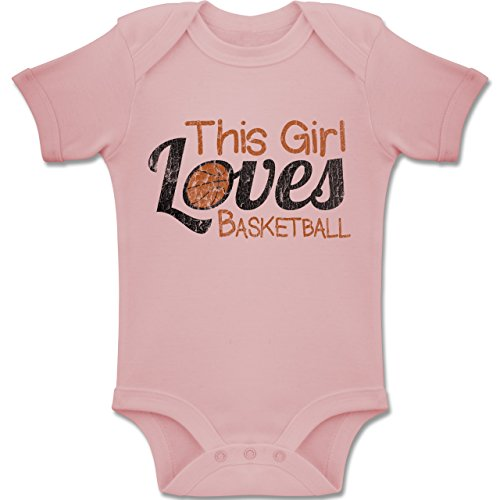 Basketball - This Girl loves Basketball - Vintage look - 3-6 Monate - Babyrosa - BZ10 - Baby kurzarm Body Strampler (Basketball-baby-mädchen)