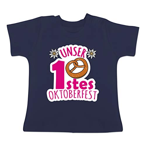 Bit Link 8 Kostüm - Oktoberfest Baby - Unser erstes Oktoberfest - Fuchsia - 6-12 Monate - Navy Blau - BZ02 - Baby T-Shirt Kurzarm