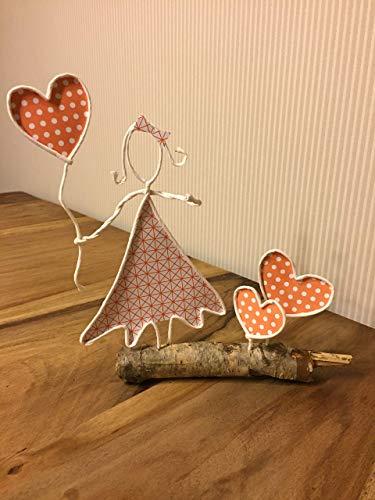 Mädchen aus Papierdraht mit Herzluftballon auf einem Ast *Handarbeit*Dekoration*