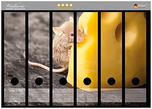 Wallario Ordnerrücken Sticker Süße Maus knabbert an Einem Käse in der Küche in Premiumqualität - Größe 36 x 30 cm, passend für 6 breite Ordnerrücken