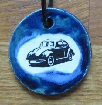echtes-kunsthandwerk-bildschoner-keramik-anhanger-mit-vintage-motiv-oldtimer-vw-kafer