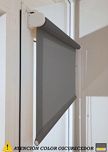 Estor enrollable a medida PREMIUM oscurecedor con fijación SIN PERFORAR a ventana abatible o puerta (permite paso de luz, no permite ver el exterior/interior). Estor oscurecedor color gris oscuro. Medida 66cm x 120cm para ventanas abatibles y puertas.