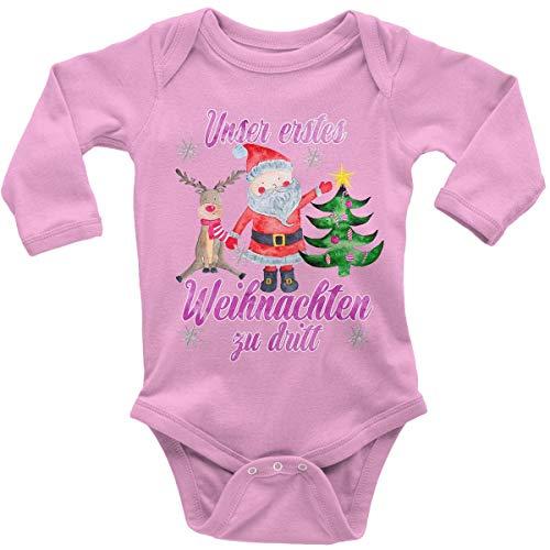 t Spruch für Jungen Mädchen Unisex Langarm Unser erstes Weihnachten zu dritt (pink) | handbedruckt in Deutschland | Handmade with Love, Farbe:rosa, Grösse:56 ()
