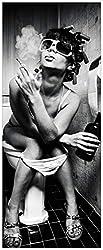 Wallario XXL Poster - Kloparty - Sexy Frau auf Toilette mit Zigarette und Schnaps in Premiumqualität, Größe: 80 x 200 cm
