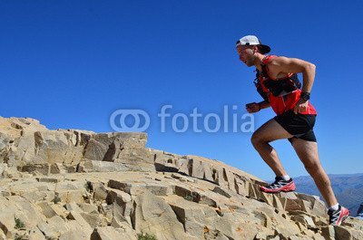 toile-140-x-90-cm-man-running-on-a-high-mountain-trail-toile