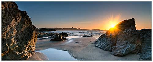 Wallario Glasbild Sonnenuntergang hinter Einem Felsen am Strand - 50 x 125 cm in Premium-Qualität: Brillante Farben, freischwebende Optik