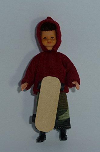 Caco 3004200 Jeune Poupée 8 cm avec Planche à roulettes Skateboard Poupée flexible 1:12 Maison de poupée
