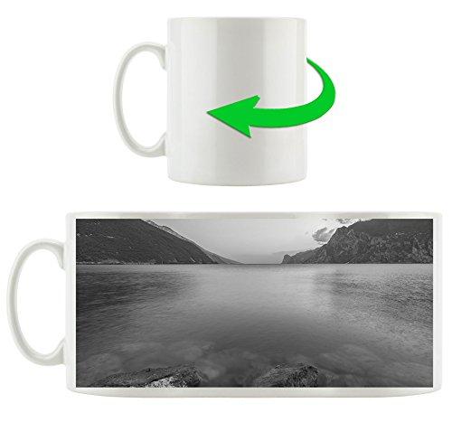 Gardasee in Italien Kunst B&W, Motivtasse aus weißem Keramik 300ml, Tolle Geschenkidee zu jedem Anlass. Ihr neuer Lieblingsbecher für Kaffe, Tee und Heißgetränke -