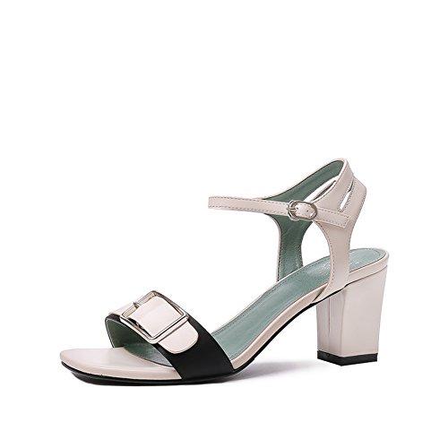 Donne estive adattano tacchi alti/La parola con un piede spessa con i sandali C