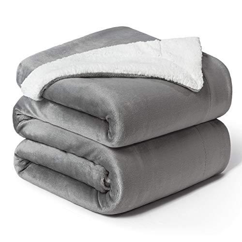 Bedsure Sherpa Decke Grau zweiseitige Wohndecken Kuscheldecken, extra Dicke warm Sofadecke/Couchdecke aus Sherpa, 220x240 cm super flausch Fleecedecke als Sofaüberwurf oder Wohnzimmerdecke