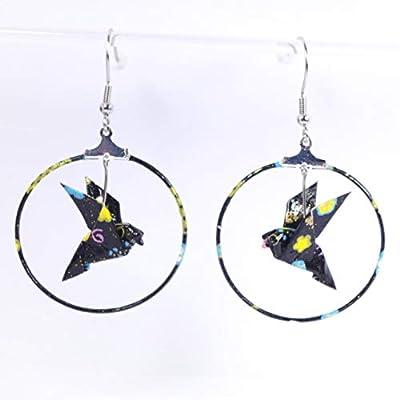 Boucles d'oreilles colombe origami créoles motifs multicolores sur fond noir - crochets inox