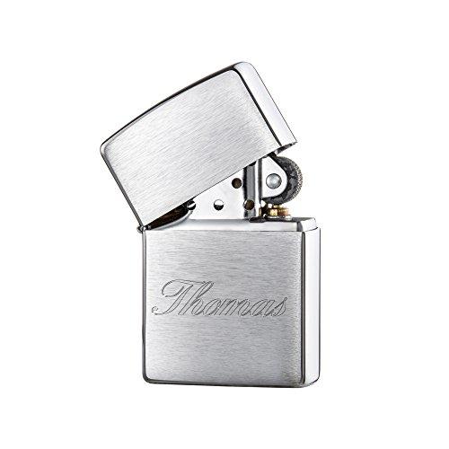 Original Zippo Benzinfeuerzeug mit Gravur – Personalisiert mit Namen – Script – Feuerzeug (Chrom-gebürstet) in schwarzer Zippobox – unbefüllt – Geschenke im Vintage-Look – 3,5 x 5,5 x 1,2 cm - 2