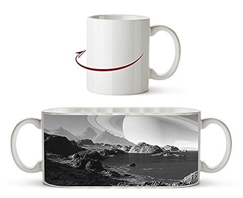 Meeres Landschaft mit Saturn am Himmel Effekt: Schwarz/Weiß als Motivetasse 300ml, aus Keramik weiß, wunderbar als Geschenkidee oder ihre neue Lieblingstasse.