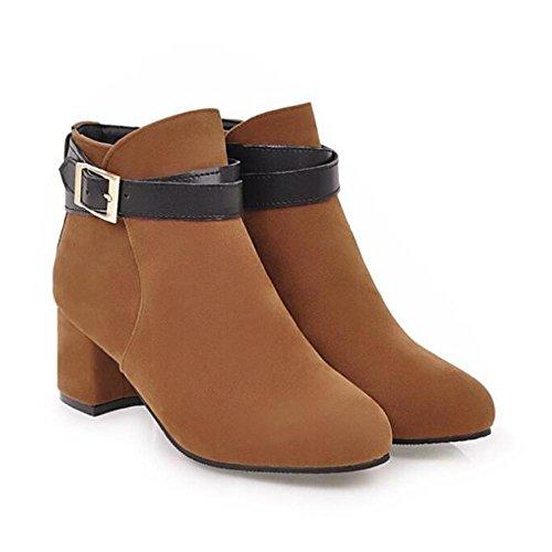 L'autunno e l'inverno delle donne con i tacchi caldi degli stivali invernali Yellow