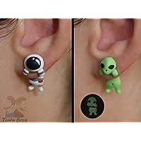 Boucles d'oreilles astronaute ou extraterrestre. 100% fait main. Vendu par paire de boucles d'oreilles.