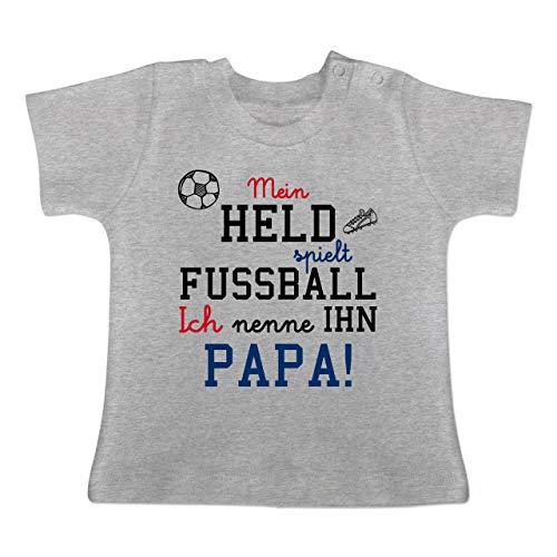 Held spielt Fußball - 3-6 Monate - Grau meliert - BZ02 - Baby T-Shirt Kurzarm ()