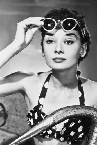 Poster 60 x 90 cm: Audrey Hepburn mit Sonnenbrille von Celebrity Collection - hochwertiger Kunstdruck, neues Kunstposter