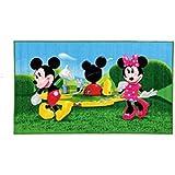 Alfombra infantil con diseño de Mickey Mouse y Minnie Mouse, tamaño 140 x 80 cm Gracias a su color de moda, esta alfombra será el centro de atención en cada habitación infantil. Finalmente su hijo se ha instalado en su habitación, con este precioso motivo los más pequeños estarán completamente satisfechos. La gran cantidad de colores le proporciona a esta alfombra una nota de armonía a cualquier habitación infantil y le añadirá un punto de color simpático y moderno. Al mismo tiempo lo motivará a soñar, aprender y será tan divertido que el pequeño estará encantado y usted podrá verlo con sus propios ojos. Diseño moderno que se ajusta a cualquier habitación infantil de hoy que le sorprenderá por la intensidad de sus colores