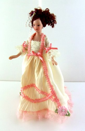 Town Square Miniatures - Puppenhaus Miniatur 1:12 Maßstab Puppe Porzellan Viktoriansiche Damen in Creme Rosa Abendkleid