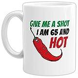 Tasse Give me a Shot I am 65 and Hot Geburtstags-Geschenk Zum 65. Geburtstag/Lustig / Witzig/Heiß / Knackig/Kaffeetasse / Mug/Cup / Weiss