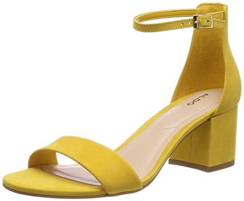 Sandalias amarillas de tacón atadas al tobillo