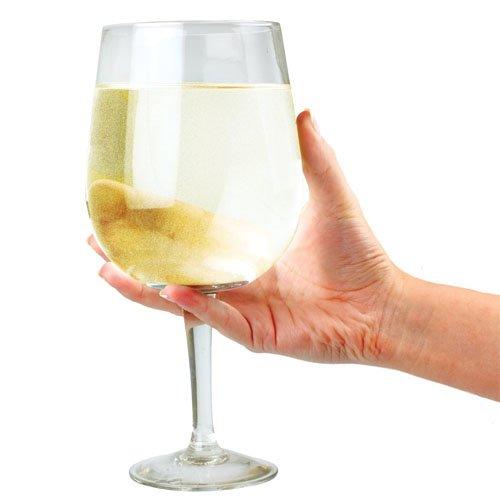 vaso de vino gigante sostiene una botella entera