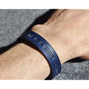 Blaues Lederarmband, italienisches Leder, pflanzlich gefärbt, eingravierte Phrase: LIFE IS A WAVE – CATCH IT! mittlere Größe: Handgelenke mit 16.5-18 cm Umfang