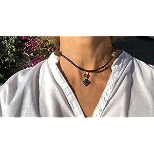 Ethnos Barcelona – Labradorit Anhänger und Silber mit Terrakotta-Perlen. Länge: 37 cm.