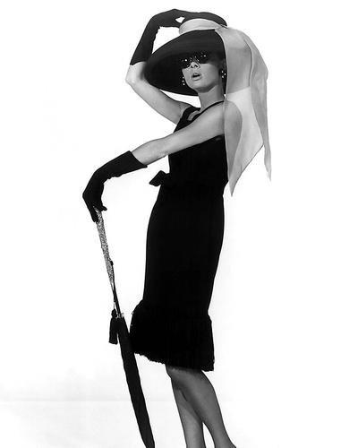 Nostalgia Store Audrey Hepburn atemberaubenden Pose in schwarz Kleid Hut und Sonnenbrille Breakfast at Tiffany 's Werbe Foto 10x 8