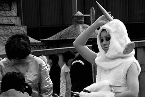 Schwarz Weiß Fotografie aus Tokyo, Mädchen im Einhorn Kostüm (Im Frau Weißen Kostüm)