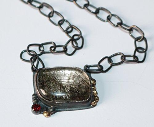 kette-aus-oxidierten-sterling-silber-mittelstueck-mit-rutil-quarz-facettierten-granat-und-gold-kugel
