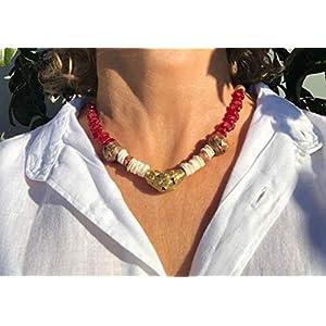 Ethnos Barcelona – Choker mit goldenen Perlen, Muscheln und roten Gläsern.