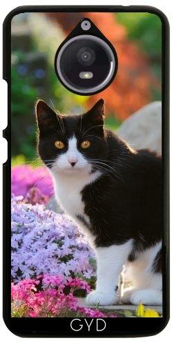 Hülle für Motorola Moto E4 Plus - Tuxedo-Katze In Einer Blumengarten by Katho Menden