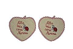 Idea Regalo - Trama Toscana Coppia Presine a Forma di Cuore con Ricamata la fraseAlla Mia Cara Nonna in colore Rosso