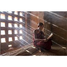 Póster 90 x 60 cm: Zen monk while reading a book de Jan Christopher Becke - impresión artística de alta calidad, nuevo póster artístico