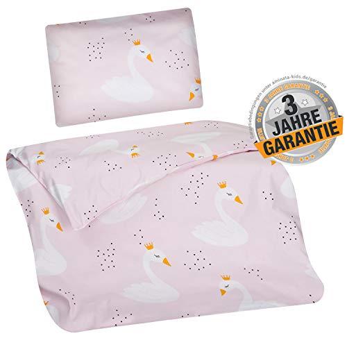Aminata Kids - Baby-Bettwäsche-Set Bett-Decke 80-x-80-cm Kissen-Bezug 35-x-40 cm Stuben-Wagen oder Kinder-Wagen Wiegen-Set Kinder-Decke Mädchen Baumwolle rosa mit Schwänen