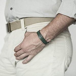 Grünes Lederarmband, italienisches Leder, pflanzlich gefärbt, eingravierte Phrase: 'JETZT' IST DIE BESTE ZEIT mittlere Größe: Handgelenke mit 16.5-18 cm Umfang