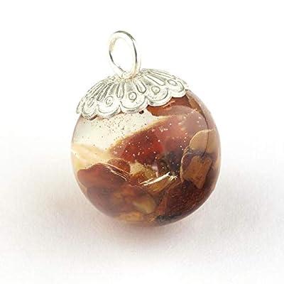 Pendentif en forme de boule de 18 mm de diamètre avec le minéral Ambre baltique immergé en résine époxy et un capuchon d'argent