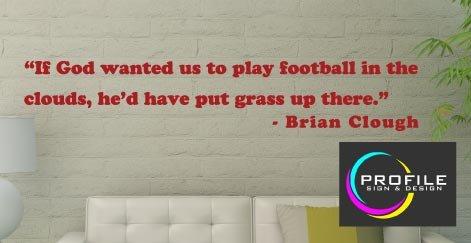 Brian Clough Fußball inspirierendes Zitat–Wenn Gott Play Football wollte uns in den Wolken haben ER 'd Gras Up There. Größe ca 1100x 300mm hergestellt von Profil - Inspirierende Fußball