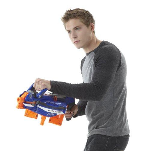 Junge mit N-Strike Elite Hail-Fire