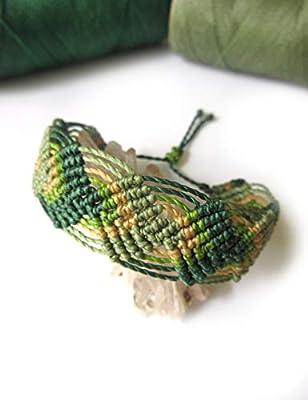 Bracelet manchette fine/brésilien/hippie bohème/en fil vert et beige tissé main en macramé avec du fil ciré et fait en France