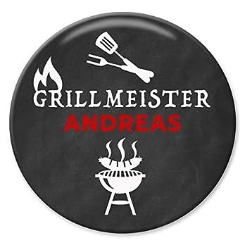 Polarkind großer Button Grillmeister mit Wunschname 59mm Geschenk Männer Grillen BBQ handmade individualisierbarer Anstecker Pin