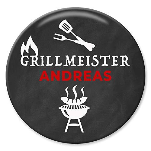 tton Grillmeister mit Wunschname 59mm Geschenk Männer Grillen BBQ handmade individualisierbarer Anstecker Pin ()