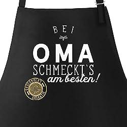 MoonWorks Grill-Schürze Küchenschürze mit Spruch Bei Oma schmeckt`s am besten Grillen Kochen Baumwoll-Schürze Küchenschürze schwarz Unisize