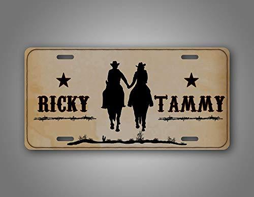 Fhdang Decor Personalisiertes Western Cowboy Paar Nummernschild Cowgirl hält Hände reiten Pferde Custom Auto Tag Aluminium Schild - Western Front Metall