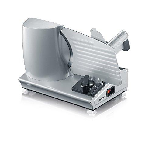 De robuuste Severin AS 3915 snijmachine is zeer veelzijdig! Deze beschikt namelijk over twee verschillende RVS messen; - Een extra glad mes voor het snijden van bijvoorbeeld fijne vleeswaren - Een gekarteld mes voor het snijden van bijvoorbeeld brood...